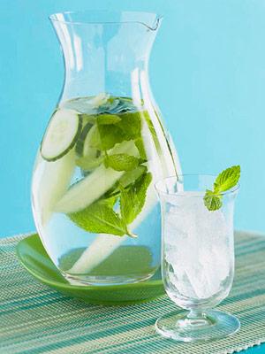 Bebe agua en forma de infusiones, tés helados, agua con menta y pepino, etc