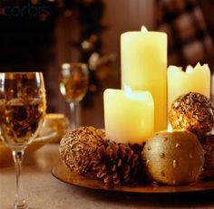 enfeite natalino com pinhas e velas no prato