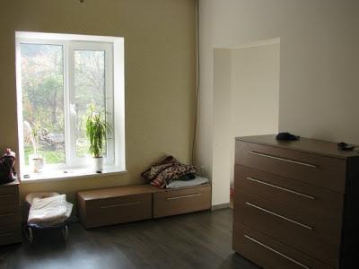 ламинат коричневый и новая мебель
