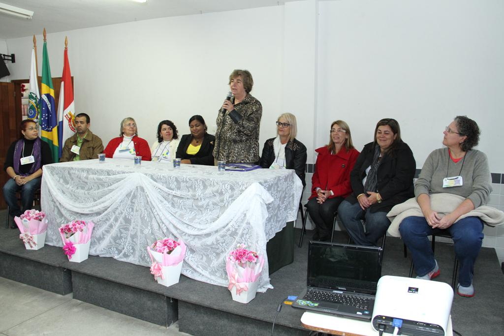 Secretária de Desenvolvimento Social Graça Granito (de pé) abre oficialmente a X Conferência Municipal de Assistência Social