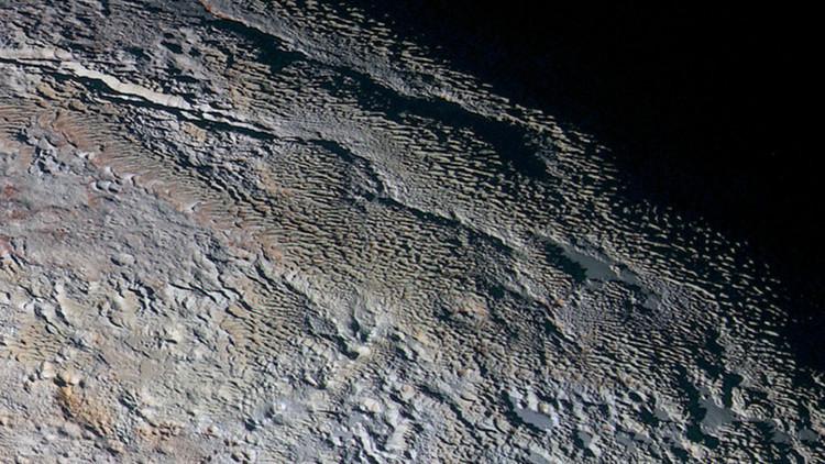 """¿Que hay detrás de las """"escamas de dragón"""" en Plutón?."""