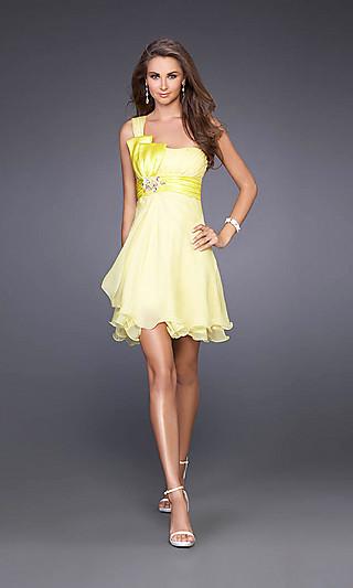 Pour les accessoires l or et l argent se mariée bien avec ce genre de robe.  Voici une collection de belles robes jaunes de soirée courte. 1eeb6d33fef5
