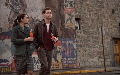 Alexa Davalos y Luke Kleintank en The Man in the High Castle