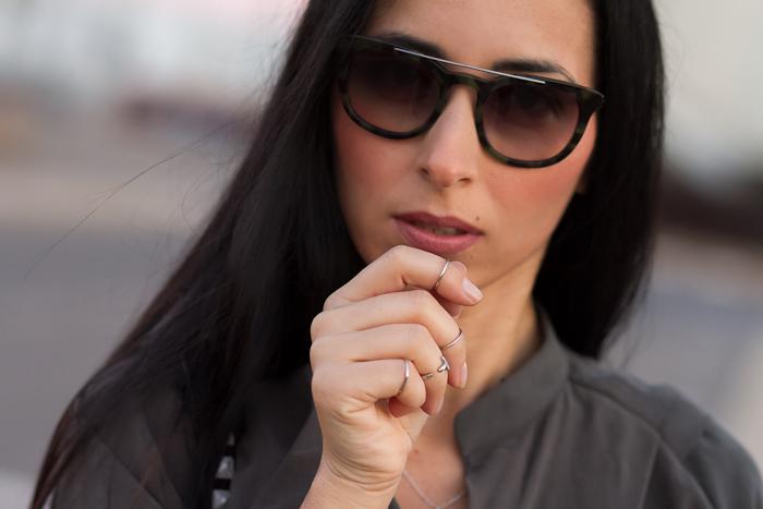 Bloguera de moda valenciana con gafas de estampado camuflaje Prada 13PSy Anillos Interfalángicos Plata