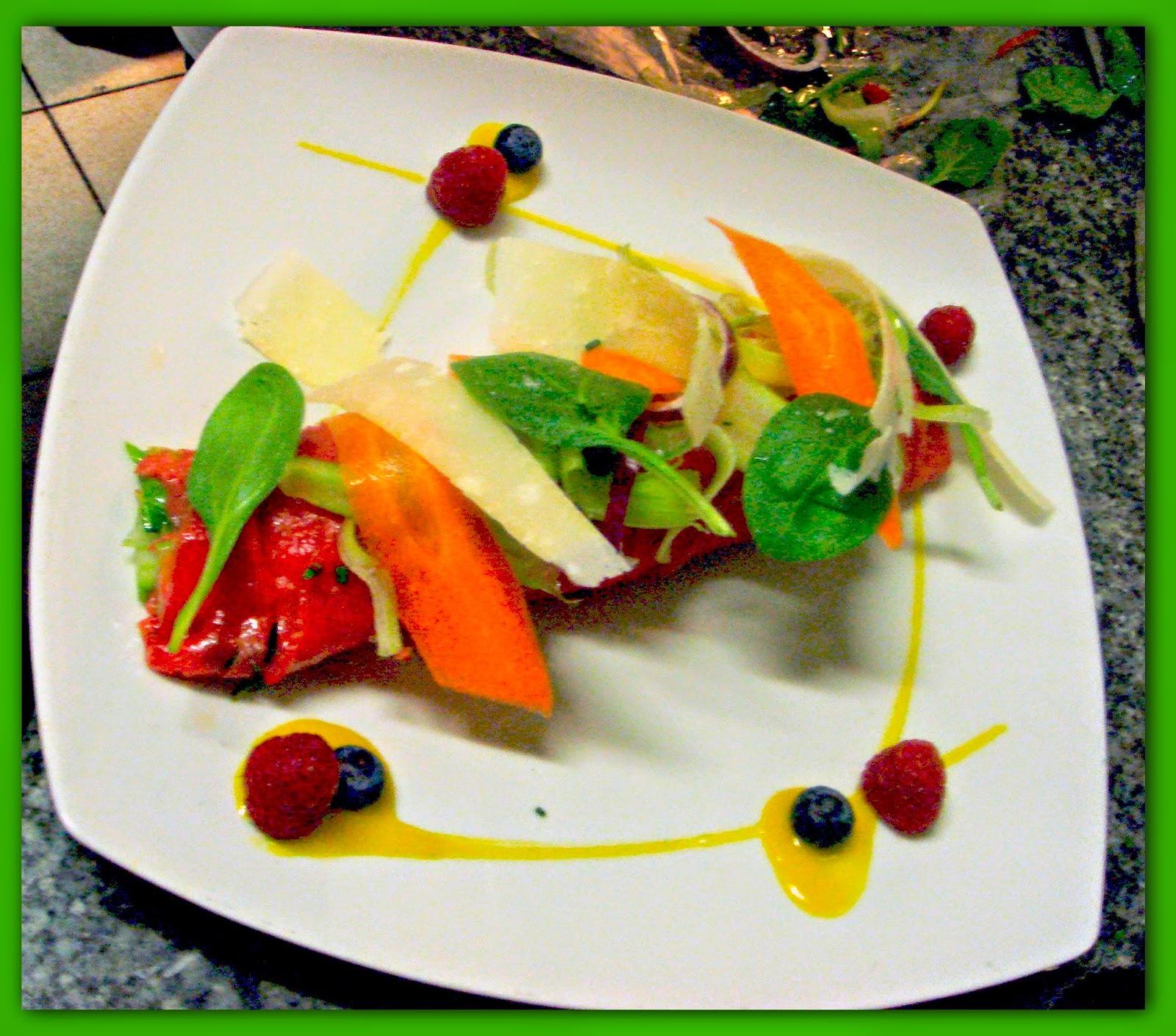 il carpaccio di manzo ripieno alle castraure con verdure croccanti, petali di parmigiano , lamponi e salsa di senape di digione