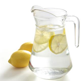 desintoxicar-organismo-bebendo-agua-limao