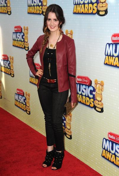 Disney Channel Tapete Vermelho : laura e jake no palco calum no tapete vermelho