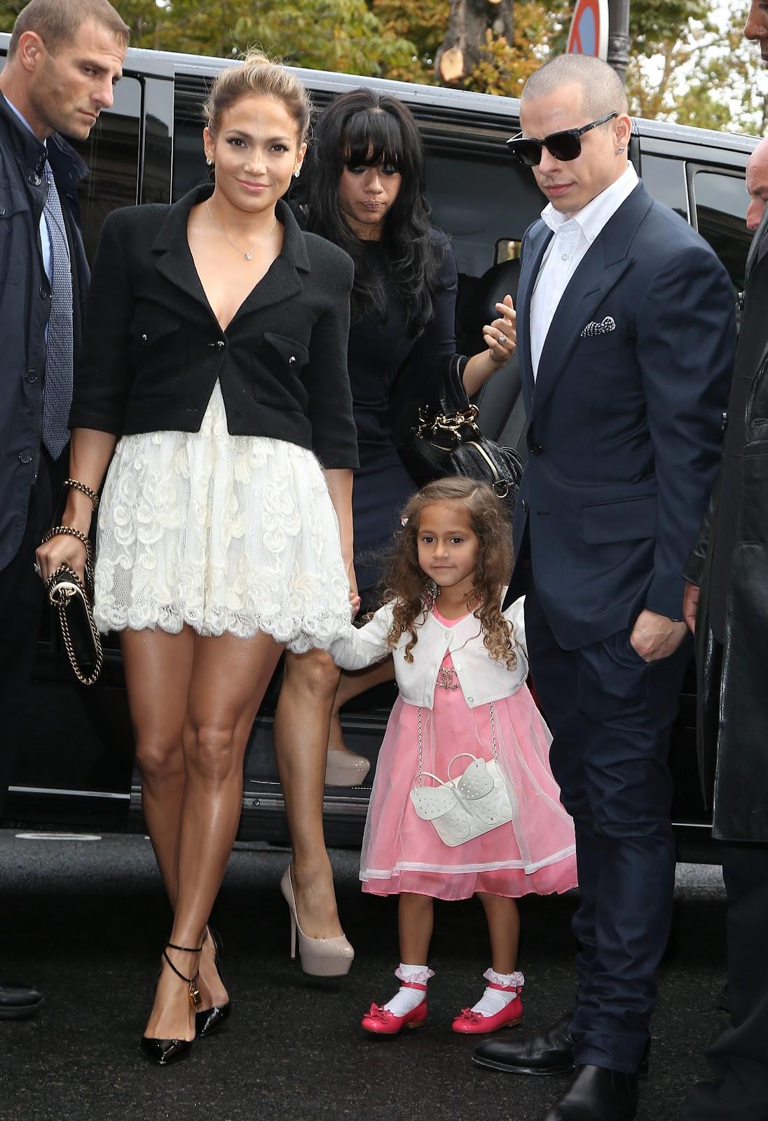 http://4.bp.blogspot.com/-eGStrETmF4U/UGrsSUj4m7I/AAAAAAAAP5Y/fYawaXrZ1Lo/s1600/Jennifer+Lopez++October+2012+%27Chanel%27+Fashion+Show+-+02.jpg