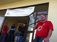 Professor Beras discursando na frente do saguão de entrada da Unipampa