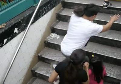 gente tropieza por escalon grada mas alto en un subterraneo
