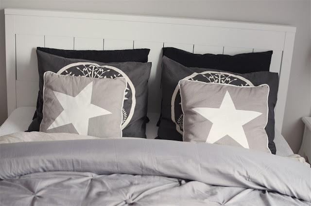szara sypialnia glamour; bedroom