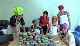 Haciendo salsa de tomate en Centro Psicopedagógico San Juan de Dios