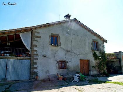 Cal Bonifet situada al peu del Camí Ral de Vic a Olot