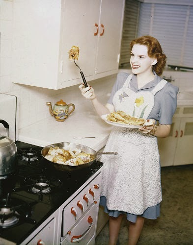 Vintage Judy Garland Thanksgiving left-over sheppards pie recipe photo Judy Garland in the kitchen