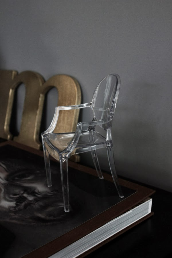 louis ghost, miniatyrstol, tradera, inredningsdetalj, mini, stol av plast, ghost stol, vardagsrum i grått, grå vägg, genomskinlig plast, alexander mcqueen