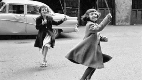 Deux petites filles qui jouent, photographiées par Vivian Maier