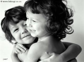 crianças se abraçando abraço amizade