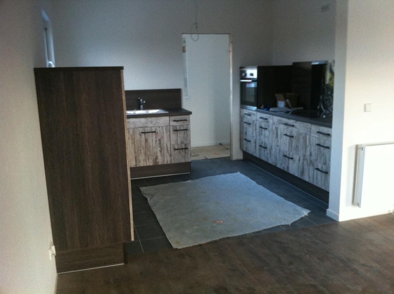 familie b baut ein haus in z bei s am b das ger st ist weg daf r steht die k che. Black Bedroom Furniture Sets. Home Design Ideas