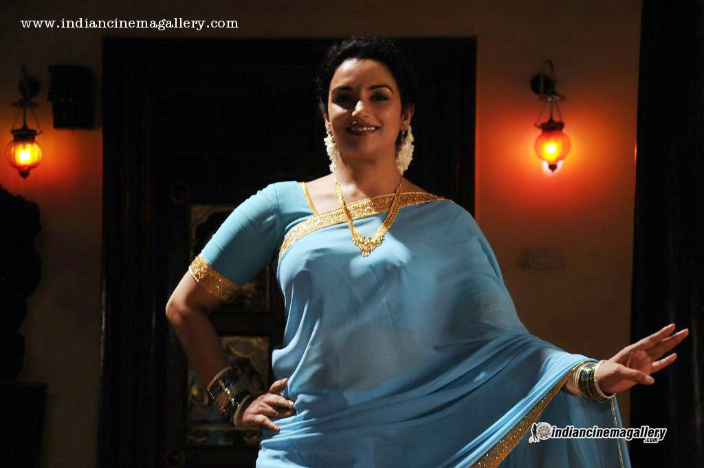Swetha Menon latest hot navel show photos in Thunai Mudhalvar