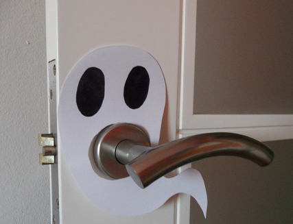 Fantasmas de papel para decorar las puertas