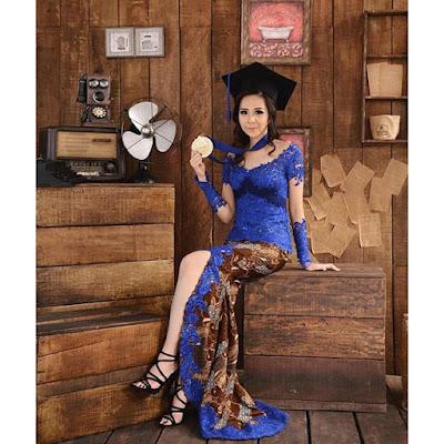 model kebaya wisuda broklat biru dengan rok batik panjang cantik