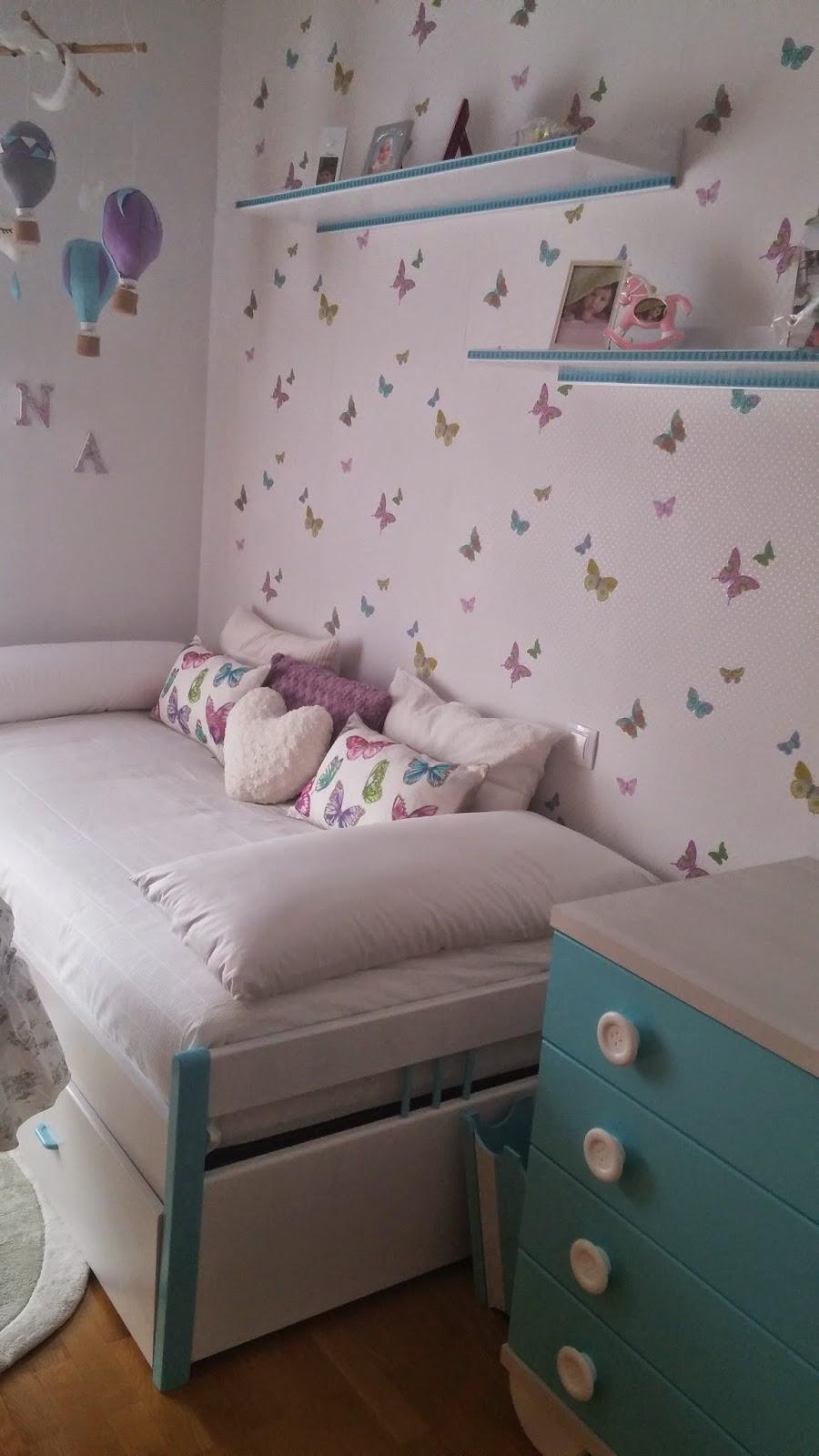 Habitación infantil blanca y turquesa
