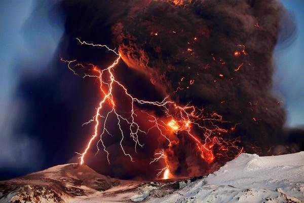 fenomena alam aneh petir vulkanik