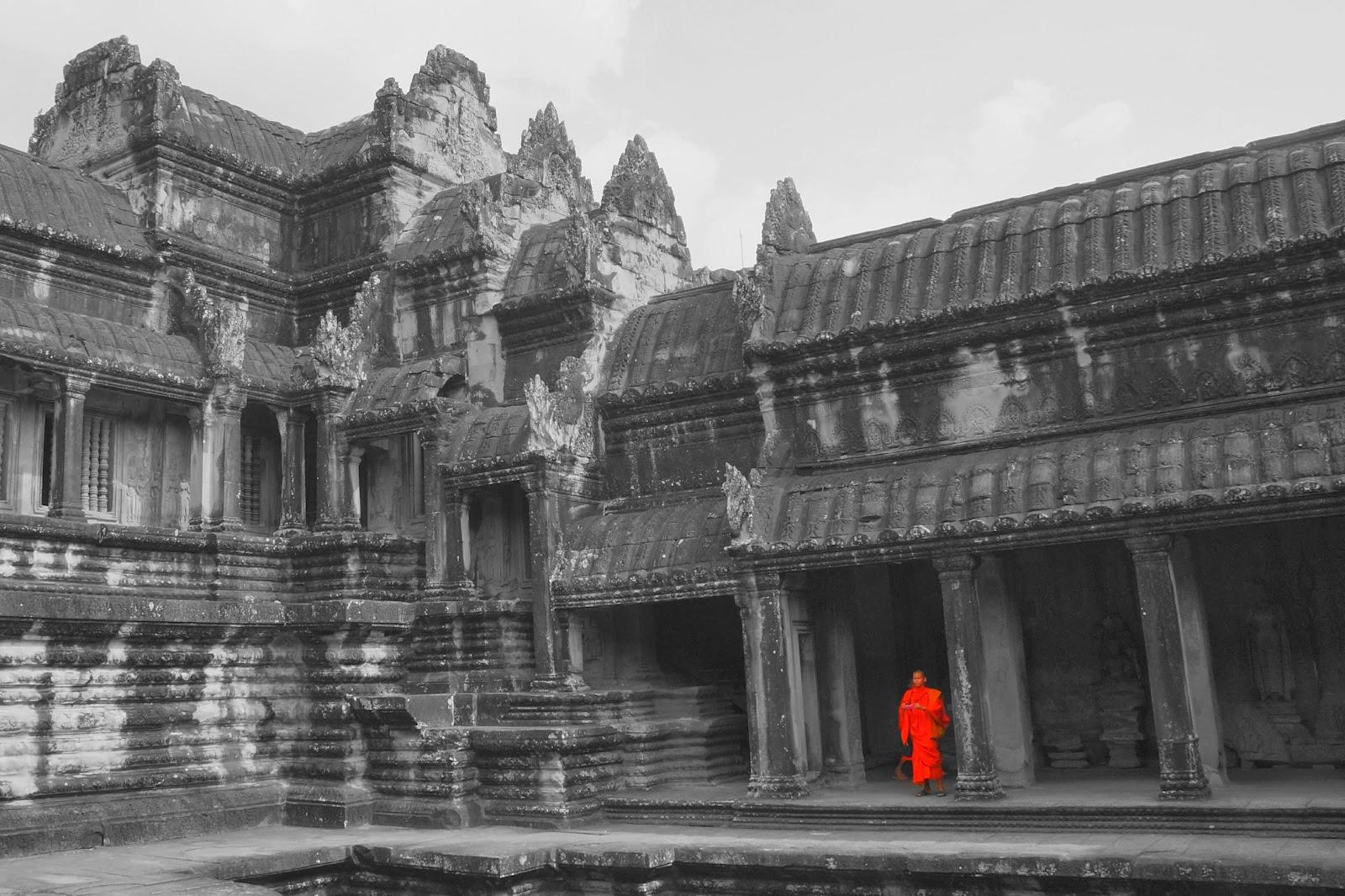 Un moine solitaire dans Angkor Wat