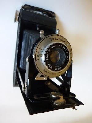 Cámara Kodak Folding Brownie Six-20 con obturador Dakon