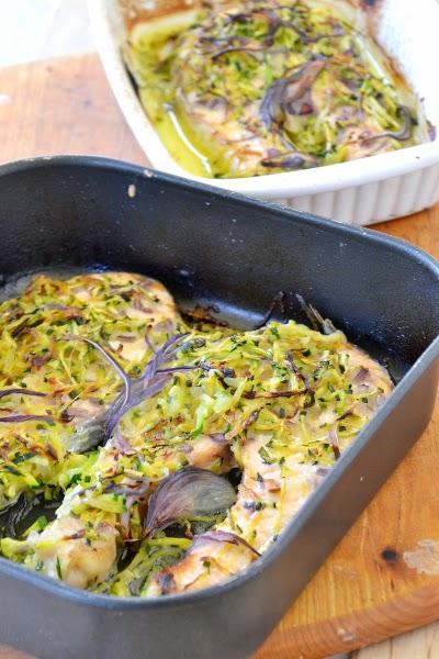salmone con zucchine julienne e cipolle di tropea
