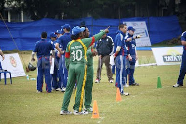Captain Discus with coach about the match