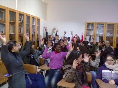 Alunos da Escola de Formação Social de Leiria aplaudem agitando as mãos no ar