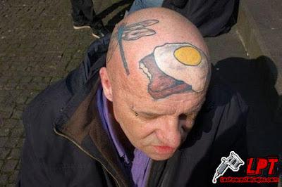 Tatuaje de humor : Huevo frito en la cabeza