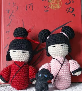 http://mylittlehandicrafts.blogspot.com.es/2013/10/kokeshi-amigurumi-patron.html