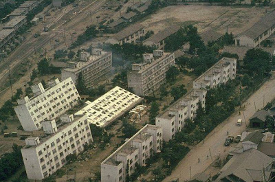 http://4.bp.blogspot.com/-eMGZWhvobEE/Te1BbZaYG9I/AAAAAAAAAJU/8mvLs1DzVrk/s1600/soil+liquefaction+collapsed+building.jpg