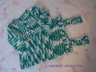 Conjunto de bebé de peto y chaqueta hecho a mano