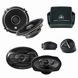 Sebelumnya kita sudah membahas head unit dan amplifier juga pengertian lebih jauh lagi mengenai Audio Mobil. Head unit dan amplifier adalah komponen yang menghasilkan dan kemudian memperkuat sinyal audio.