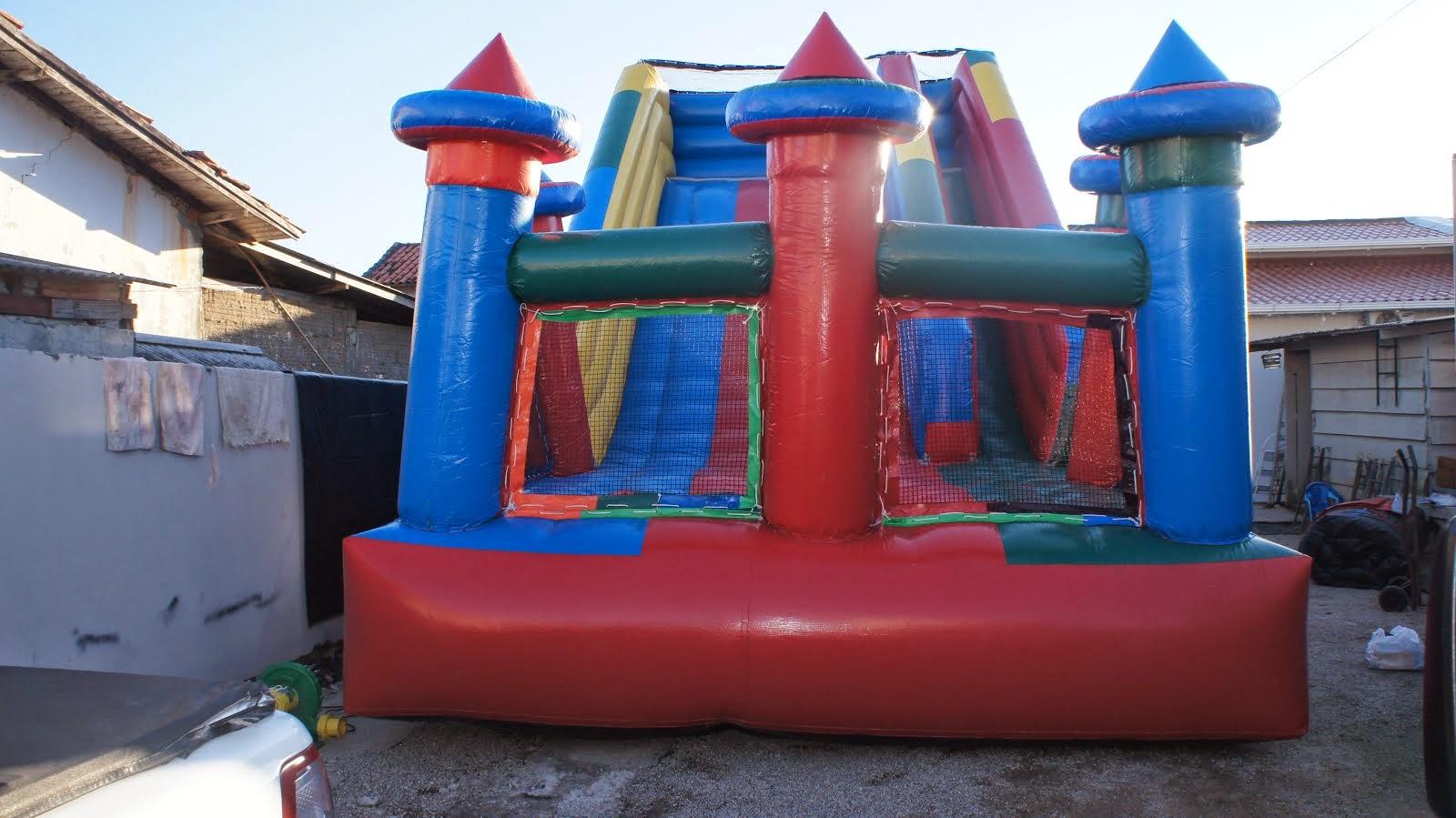 Tobogã inflável grande com queda na piscina de bolinhas