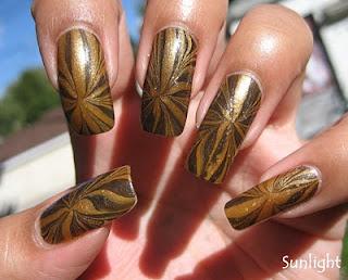 ukrasavanje noktiju - crno-zlatni water marble nokti 003