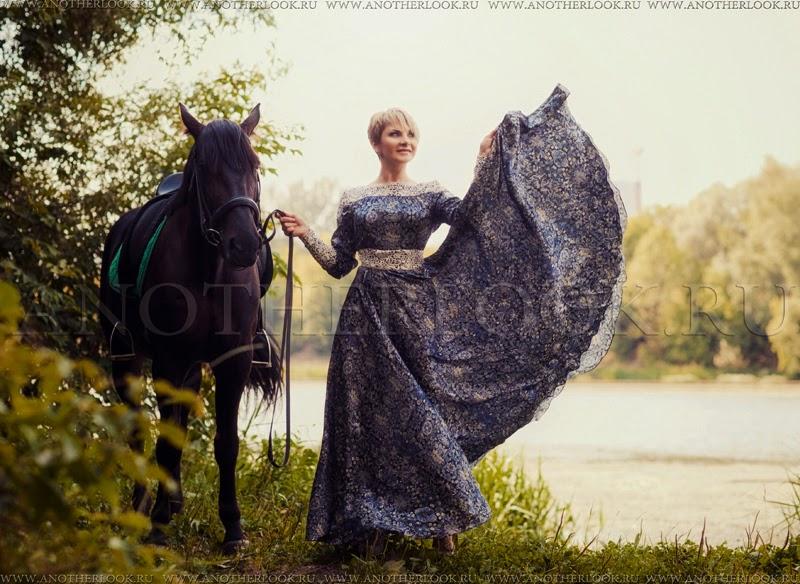 девушка с развивающимся платьем около реки и с конем