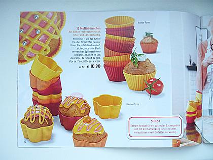 Foto einer Broschüre rote, gelbe und orange Backformen