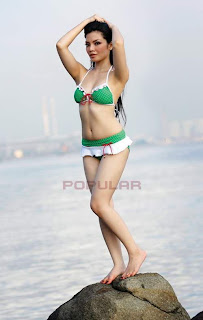 pose model panas,hot di pantai