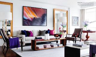 sala blanca con toques de color