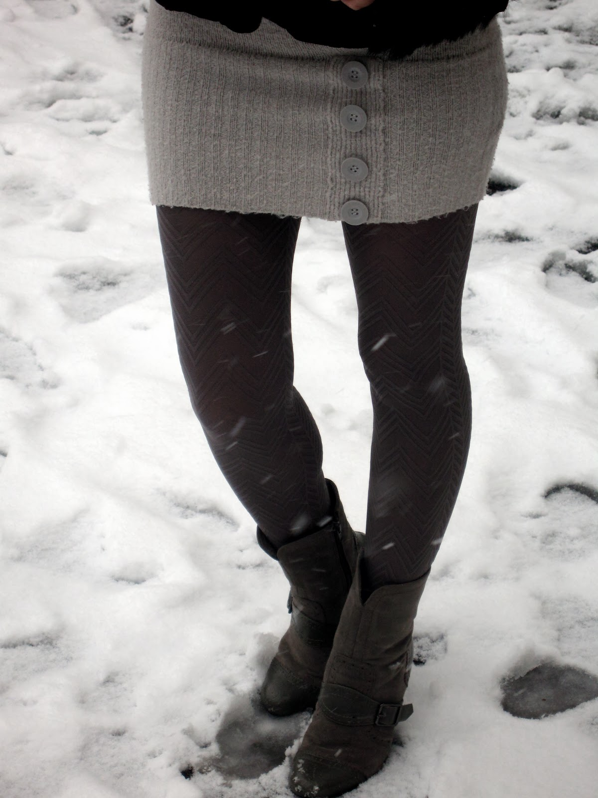 grey pattern tights, grey boots