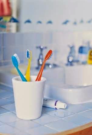 Không chải răng mạnh tay là một cách chăm sóc răng hiệu quả