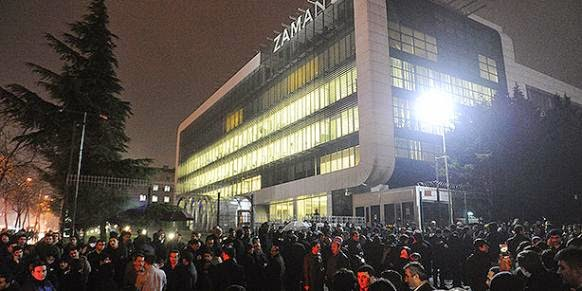 Readers gather to show support Zaman daily amid rumors of an upcoming police raid