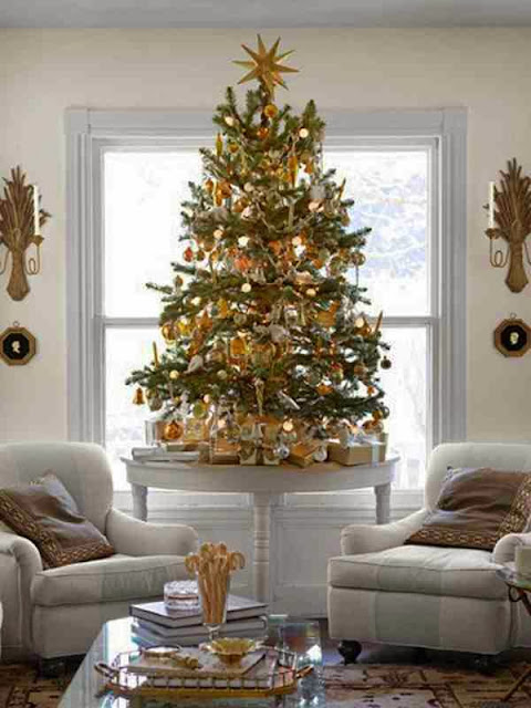 Choinka świąteczna utrzymana w złotej kolorystyce