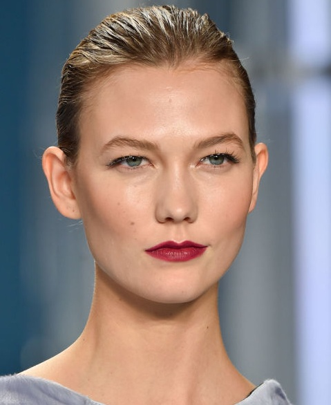5 Ways to Put on Berry Lipstick