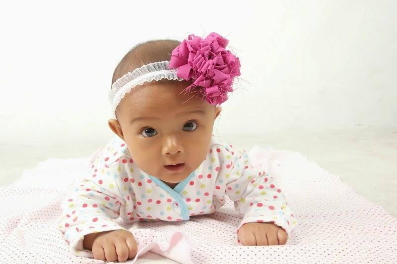 Foto bayi lucu pakai bando - bandana bunga imut banget