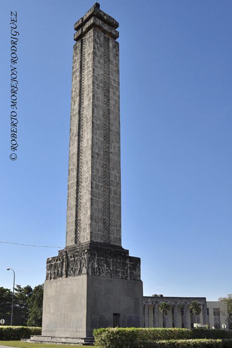 Obelisco en la rotonda central de la Plaza Finlay, en La Habana, Cuba,